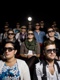 Mensen die 3d glazen dragen bij bioskoop Stock Foto's