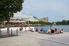 Mensen die aan Binnenalster-Meer rusten hamburg Royalty-vrije Stock Foto