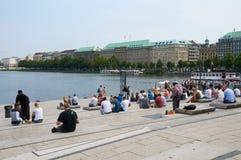 Mensen die aan Binnenalster-Meer rusten hamburg Royalty-vrije Stock Afbeeldingen