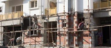 Mensen die aan bouwwerf werken royalty-vrije stock foto