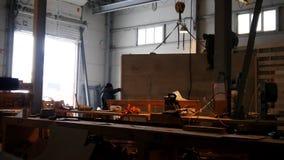 Mensen die aan de bouwwerf in koud weer werken De bouw van een huis stock footage