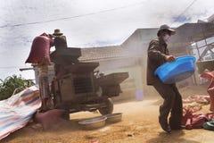 Mensen die aan de sorteermachine van koffiebonen op straat op 11 Februari, 2012 in Nam Ban, Vietnam werken stock afbeelding