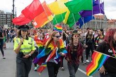Mensen die aan de Trots van Praag deelnemen - een grote vrolijke & lesbische trots