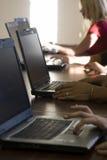 Mensen die aan een computer werken royalty-vrije stock fotografie