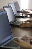 Mensen die aan een computer werken Stock Fotografie