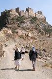 Mensen die aan een dorp op Haraz-bergen lopen Stock Fotografie