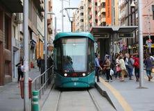 Mensen die aan en uit de Tram Tranvia krijgen van Tenerife Stock Fotografie