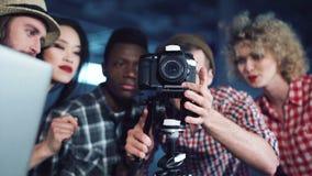 Mensen die aan het werk met camera bestuderen stock video