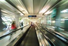 Mensen die aan luchthavenpoort meeslepen van roltrap in Internationale Lucht royalty-vrije stock foto's