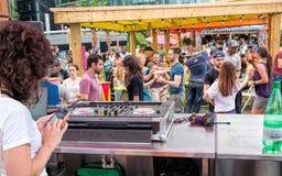 Mensen die aan muziek bij openbaar openluchtstraatfestival dansen royalty-vrije stock foto