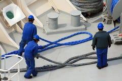 Mensen die aan schip werken Stock Foto