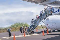 Mensen die aan Vliegtuig, de Galapagos, Ecuador binnengaan Stock Afbeeldingen