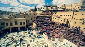 Mensen die als looiers in de kleurstofpotten bij leerlooierijen bij medina, Fez, Marokko werken Stock Fotografie