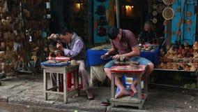Mensen die ambachten op straat in Hoi An, Vietnam maken stock video