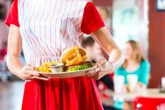 Mensen die in Amerikaans diner of restaurant snel voedsel eten royalty-vrije stock afbeelding