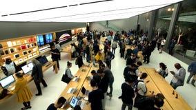 Mensen die Apple-opslag de stad in bezoeken bij stock footage