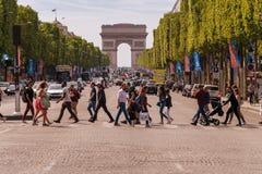 Mensen die Avenue des Champs-Elysees kruisen in Parijs royalty-vrije stock foto