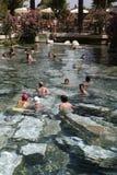 Mensen die bad in de thermische pool van Cleopatra van Hierapolis hebben Royalty-vrije Stock Afbeelding