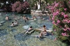 Mensen die bad in de thermische pool van Cleopatra van Hierapolis hebben Stock Afbeeldingen