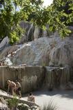 Mensen die in Bagni San Filippo baden royalty-vrije stock afbeeldingen