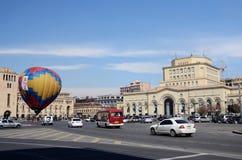 Mensen die ballon lanceren dichtbij de Overheid die op het vierkant van de Republiek, Erevan voortbouwen Royalty-vrije Stock Afbeelding