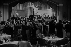 Mensen die band in jaren '40nachtclub toejuichen stock video