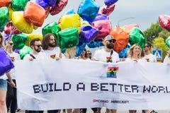 Mensen die banner houden tijdens Stockholm Pride Parade Stock Foto