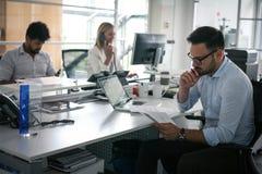 Mensen die Bedrijfsmensen in bureau samenwerken Royalty-vrije Stock Foto