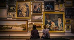 Mensen die beelden in galerij bekijken royalty-vrije stock foto's