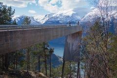 Mensen die beelden nemen in Stegastein, Aurland, Noorwegen Stock Fotografie