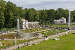 Mensen die beroemd oriëntatiepunt van Peterhof, dicht bij stad van St. Petersburg in Rusland bezoeken en van zonnige de zomerdag  royalty-vrije stock afbeeldingen