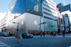 Mensen die in beroemde Apple-kruising in Ginza Tokyo Japan lopen stock afbeelding