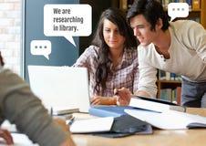 Mensen die in bibliotheekproject onderzoeken met praatjebellen Stock Foto's