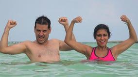 Mensen die Bicep-Spieren buigen terwijl het Zwemmen stock videobeelden