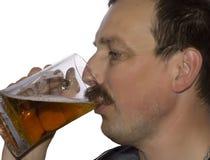 Mensen die bier drinken Royalty-vrije Stock Afbeeldingen