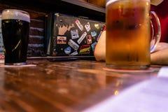 Mensen die bier met goede sfeer drinken stock afbeelding