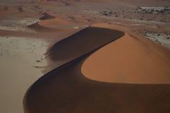 Mensen die Big Daddy Dune tijdens Zonsopgang, Namibië beklimmen Stock Foto's