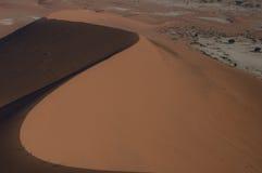 Mensen die Big Daddy Dune tijdens Zonsopgang, Namibië beklimmen Royalty-vrije Stock Afbeeldingen