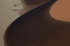 Mensen die Big Daddy Dune tijdens Zonsopgang, Namibië beklimmen Stock Foto