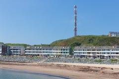 Mensen die bij boulevard Helgoland met strand en vakantiehuizen lopen Royalty-vrije Stock Fotografie