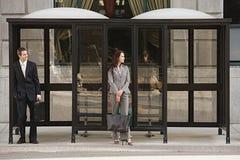 Mensen die bij bushalte wachten Stock Foto's