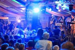 Mensen die bij CibinFest bierfestival dansen Stock Foto's