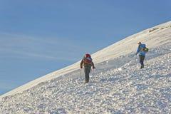 Mensen die bij de bovenkant van Kasprowy Wierch in Zakopane in winst beklimmen Stock Foto's