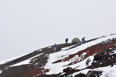 Mensen die bij de Cotopaxi-vulkaan kamperen dichtbij aan Quito, Ecuador Stock Afbeeldingen