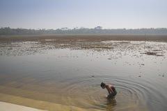 Mensen die bij de Grafmoskee baden in bagerhat, Bangladesh stock fotografie