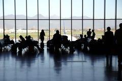 Mensen die bij de Internationale Luchthaven van Orio al Serio wachten (Italië) Royalty-vrije Stock Fotografie