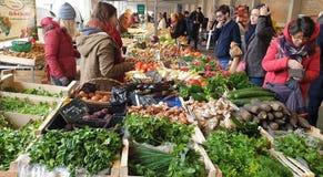 Mensen die bij de landbouwersmarkt winkelen in Nantes, Frankrijk royalty-vrije stock afbeeldingen