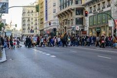 Mensen die bij de lichten in Gran kruisen via Stock Foto