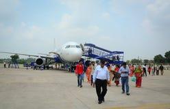 Mensen die bij de luchthaven in Srinagar, India lopen Stock Foto