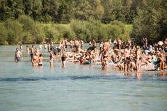 Mensen die bij de rivier koelen Royalty-vrije Stock Foto